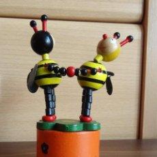 Figuras de Goma y PVC: ABEJA MAYA Y WILLY EN MADERA MARIONETAS CONTORSIONISTAS ARTICULADAS DANZANDO. Lote 151215302