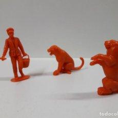 Figuras de Goma y PVC: CUIDADOR CON TIGRE Y PANTERA - SERIE CIRCO . REALIZADOS POR JECSAN . AÑOS 60 / 70 EN PLASTICO. Lote 151295162