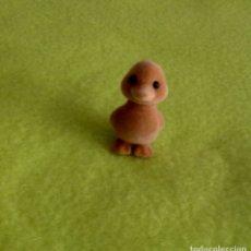 Figuras de Goma y PVC: PATITO MARRÓN TACTO TERCIOPELO 4 CM APROX PATO 1985 EPOCH. Lote 152006662