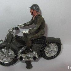 Figuras de Goma y PVC: MOTORISTA DEL EJERCITO ESPAÑOL-DE PLASTICO Y MOTO DE PLASTICO. Lote 152060406