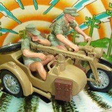 Figuras de Goma y PVC: ANTIGUA MOTO MILITAR ALEMANA BMW AFRIKA KORPS BRITAINS LTD ESCALA 1:32. Lote 152080698