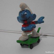 Figuras de Goma y PVC: FIGURA SERIE PITUFOS, PITUFO CON MONOPATIN HOJA. Lote 152147582