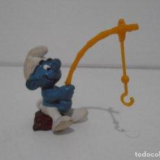 Figuras de Goma y PVC: FIGURA SERIE PITUFOS, PITUFO PÈSCANDO CON CAÑA. Lote 152151114