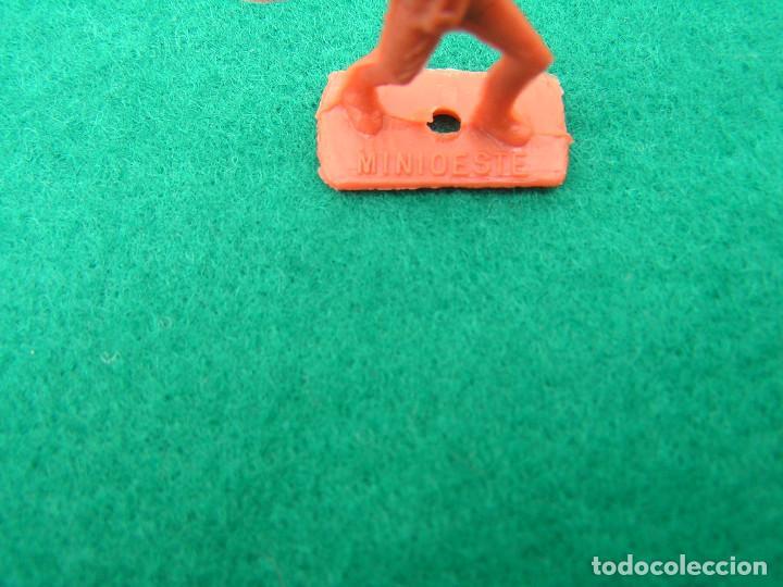 Figuras de Goma y PVC: Lote de 8 figuras de plástico Mini Oeste de Comansi 4 indios a pie, 1 a caballo y 3 caballos. - Foto 2 - 152372926