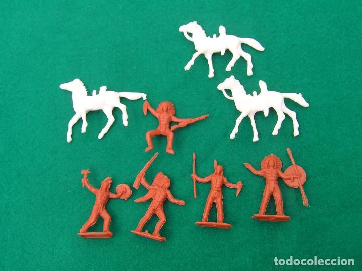 Figuras de Goma y PVC: Lote de 8 figuras de plástico Mini Oeste de Comansi 4 indios a pie, 1 a caballo y 3 caballos. - Foto 3 - 152372926