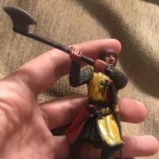 Figurines en Caoutchouc et PVC: FIGURA GOMA PVC GUERRERO MEDIEVAL CON HACHA. Lote 152679418
