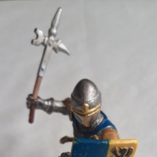 Figuras de Goma y PVC: SCHLEICH GUERRERO MEDIEVAL AZUL ESCUDO Y HACHA. Lote 153364581