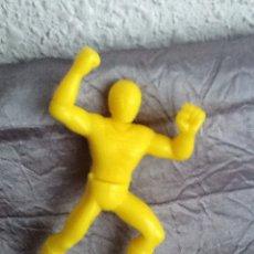 Figuras de Goma y PVC: FIGURA PVC 8 CM APROX COLOR AMARILLO (DOS PIEZAS QUE ENCAJAN POR LA CINTURA). Lote 154165482
