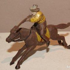 Figuras de Goma y PVC: VAQUUERO A CABALLO EN GOMA JECSAN REAMSA PECH BUEN ESTADO. Lote 154528174