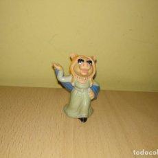 Figuras de Goma y PVC: FIGURA CERDITA PEGGY MUPPETS BARRIO SESAMO OSO FOZZY PVC 1986 TELEÑECOS SCHLEICH. Lote 155239634