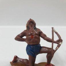 Figuras de Goma y PVC: GUERRERO INDIO HERIDO CON ARCO . REALIZADO POR GAMA . AÑOS 50. Lote 155400358