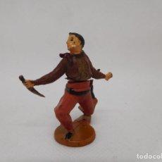 Figuras de Goma y PVC: FIGURA VAQUERO CON CUCHILLO. GOMA. AÑOS 50. FABRICADO POR GAMA. REF 26.. Lote 155532426