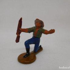 Figuras de Goma y PVC: FIGURA VAQUERO ARRODILLADO. GOMA. AÑOS 50. FABRICADO POR GAMA. REF 25.. Lote 155532698