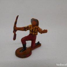 Figuras de Goma y PVC: FIGURA VAQUERO ARRODILLADO. GOMA. AÑOS 50. FABRICADO POR GAMA. REF 24.. Lote 155532858