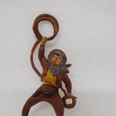 Figuras de Goma y PVC: FIGURA VAQUERO CON LAZO. GOMA. AÑOS 50. FABRICADO POR GAMA. REF 22.. Lote 155533118
