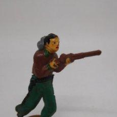 Figuras de Goma y PVC: FIGURA VAQUERO CON ESCOPETA. GOMA. AÑOS 50. FABRICADO POR GAMA. REF 5.. Lote 155535890