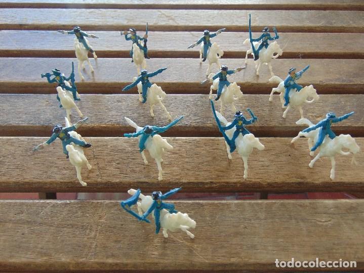 LOTE DE 13 SOLDADOS A CABALLO DEL MINI OESTE DE COMANSI (Juguetes - Figuras de Goma y Pvc - Comansi y Novolinea)