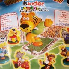 Figuras Kinder: CAMPO DE FUTBOL MAGNÉTICO KINDER SORPRESA. Lote 155687978