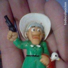 Figuras de Goma y PVC: DALTON MADRE PISTOLA Y GANSO VESTIDO VERDE SOMBRERO BLANCO FIGURA MUÑECO GOMA SIN MARCA. Lote 157383310