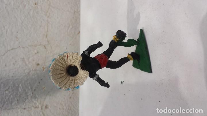 Figuras de Goma y PVC: Africano de plastico con penacho de goma - Foto 2 - 157830534