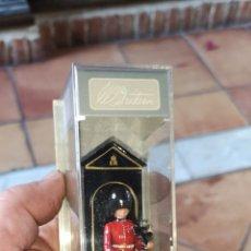 Figuras de Goma y PVC: SOLDADO DE LA GUARDIA DEL PALACIO DE BUCKINGHAM DE MARCA BRITANS COLLECTION PINTADO A MANO. Lote 158284916