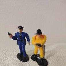 Figuras de Goma y PVC: FIGURA DE GOMA POLICÍA Y BOMBERO BOLEY 1999. Lote 159815190