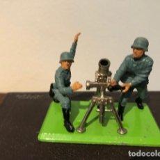 Figuras de Goma y PVC: MORTERO ALEMÁN CON DOS SOLDADOS IIGM. VINTAGE BRITAINS DEETAILS 1971. Lote 162959210