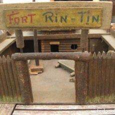 Figuras de Goma y PVC: ANTIGUO FUERTE FORT RIN TIN . EN MADERA - BANDERA , CASA SHERIFF GRANERO 37/13 /40. Lote 164820018