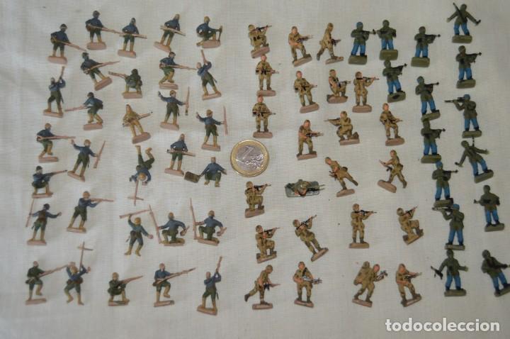 SOBRE 68 FIGURAS / MILITARES - SOLDADOS TAMAÑO SIMILAR MONTAPLEX - SIN IDENTIFICAR MARCA - AÑOS 60 (Juguetes - Figuras de Goma y Pvc - Montaplex)
