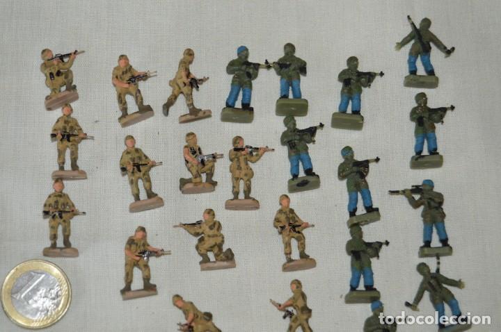 Figuras de Goma y PVC: Sobre 68 FIGURAS / MILITARES - Soldados tamaño similar MONTAPLEX - Sin identificar marca - Años 60 - Foto 3 - 166507602