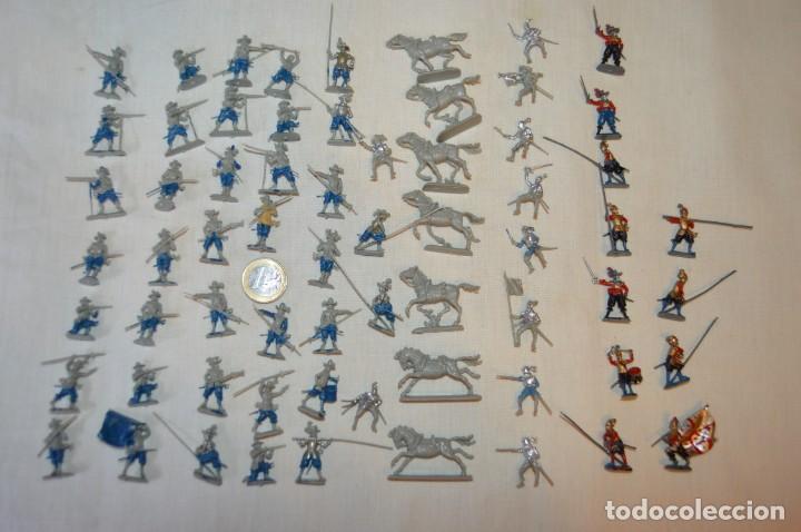 SOBRE 65 FIGURAS / MILITARES - SOLDADOS TAMAÑO SIMILAR MONTAPLEX - SIN IDENTIFICAR MARCA AÑOS 60 (Juguetes - Figuras de Goma y Pvc - Montaplex)