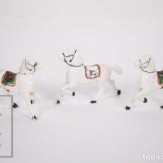 Figuras de Borracha e PVC: CONJUNTO 3 FIGURAS DE PLÁSTICO - CABALLOS DE REAMSA - MONTURA AZUL Y VERDE - AÑOS 60-70. Lote 166908376