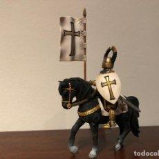 Figuras de Goma y PVC: SCHLEICH . CABALLERO TEUTÓNICO ABANDERADO. Lote 166955720