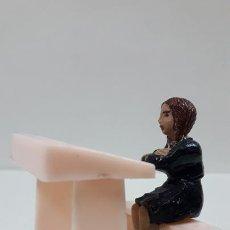 Figuras de Goma y PVC: ALUMNA CON PUPITRE . REALIZADA POR JECSAN . SERIE COLEGIO INFANTIL - ESCUELA NACIONAL . AÑOS 50. Lote 167843960