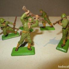 Figuras de Borracha e PVC: BRITAINS LOTE DE 5 SOLDADOS 1971 EN MUY BUEN ESTADO,REGALADOS. Lote 167995516