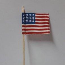 Figuras de Goma y PVC: BANDERA AMERICANA CON MASTIL . REALIZADA EN TELA . AÑOS 50. Lote 168611844