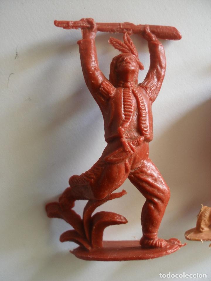 Figuras de Goma y PVC: Guerreros indios y vaquero plástico monocolor Comansi Reamsa años 70 - Foto 2 - 139826050