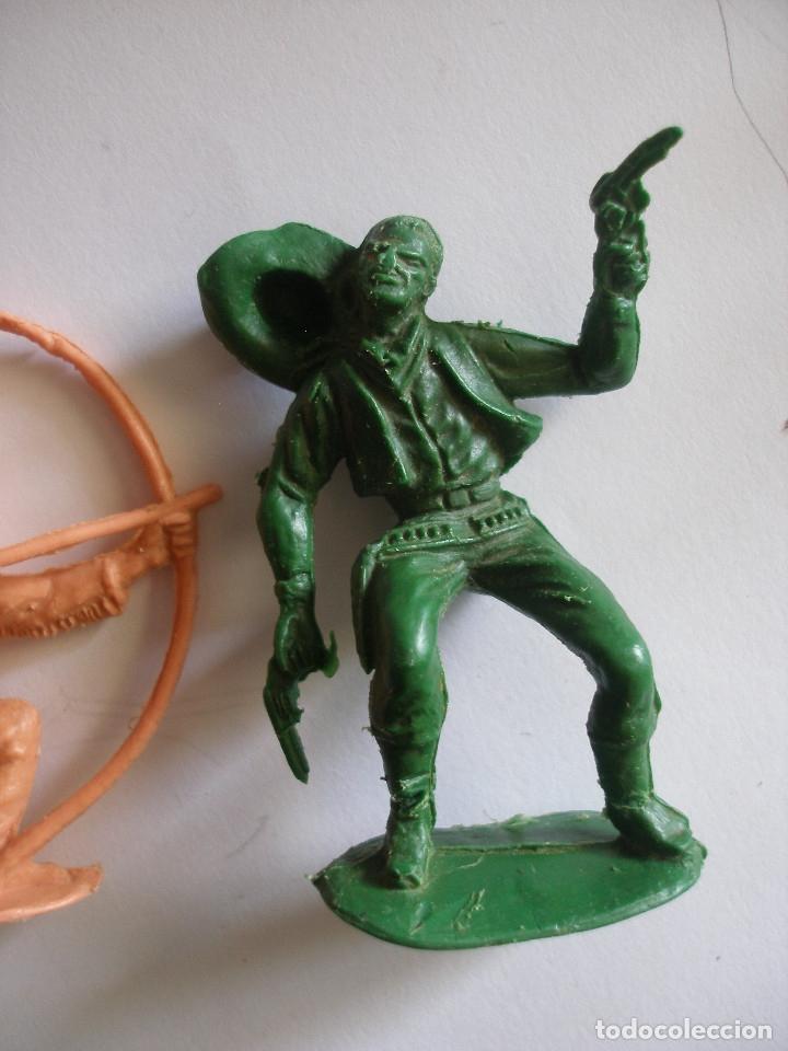 Figuras de Goma y PVC: Guerreros indios y vaquero plástico monocolor Comansi Reamsa años 70 - Foto 4 - 139826050