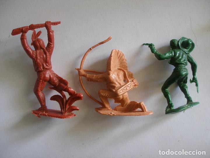 Figuras de Goma y PVC: Guerreros indios y vaquero plástico monocolor Comansi Reamsa años 70 - Foto 5 - 139826050