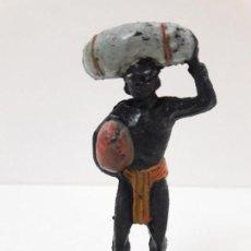 Figuras de Borracha e PVC: PORTEADOR AFRICANO . SERIE SAFARI . REALIZADO POR PECH . AÑOS 50 EN GOMA. Lote 169831600