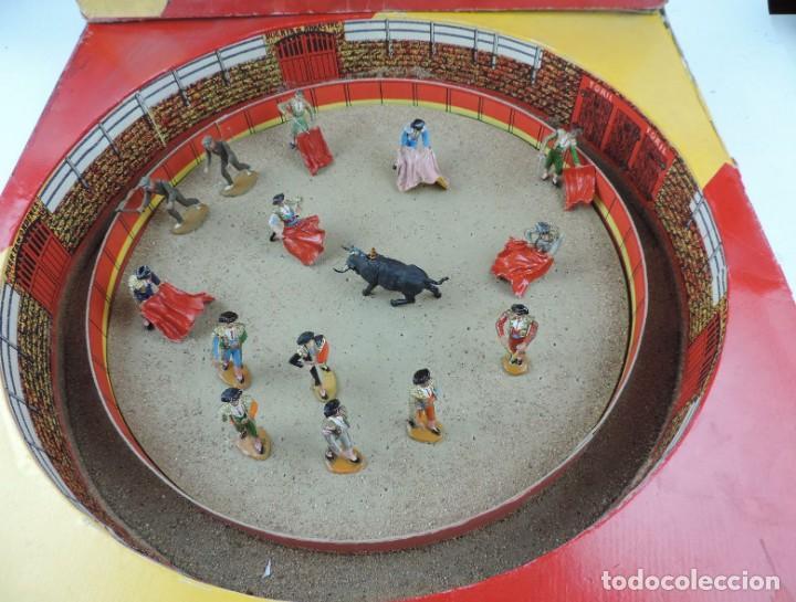 Figuras de Goma y PVC: PLAZA DE TOROS DE TEIXIDO CON 15 FIGURAS DE GOMA, TORERO, MOZO, TORO, ETC.., LA CAJA ES LA MAS GRAN - Foto 2 - 170488744