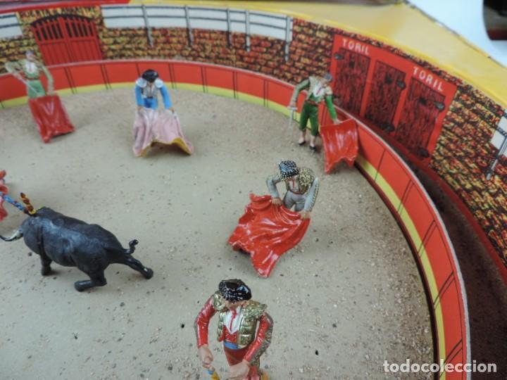 Figuras de Goma y PVC: PLAZA DE TOROS DE TEIXIDO CON 15 FIGURAS DE GOMA, TORERO, MOZO, TORO, ETC.., LA CAJA ES LA MAS GRAN - Foto 4 - 170488744