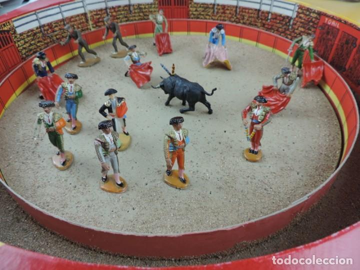 Figuras de Goma y PVC: PLAZA DE TOROS DE TEIXIDO CON 15 FIGURAS DE GOMA, TORERO, MOZO, TORO, ETC.., LA CAJA ES LA MAS GRAN - Foto 5 - 170488744
