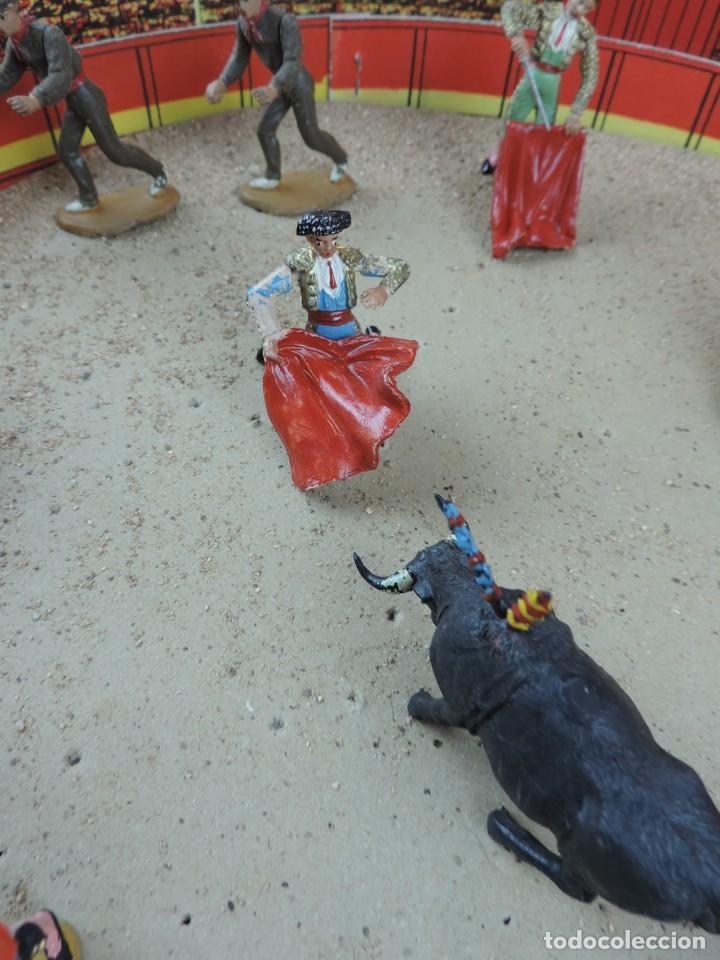 Figuras de Goma y PVC: PLAZA DE TOROS DE TEIXIDO CON 15 FIGURAS DE GOMA, TORERO, MOZO, TORO, ETC.., LA CAJA ES LA MAS GRAN - Foto 6 - 170488744