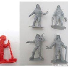 Figuras de Goma y PVC: 5 FIGURAS ASTRONAUTA DE PLASTICO. 4 ASTRONAUTAS GRIS Y 1 ROJO. Lote 171405093