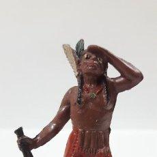Figuras de Goma y PVC: GUERRERO INDIO OTEANDO EL HORIZONTE . REALIZADO POR TEIXIDO . AÑOS 50 EN GOMA. Lote 171452597