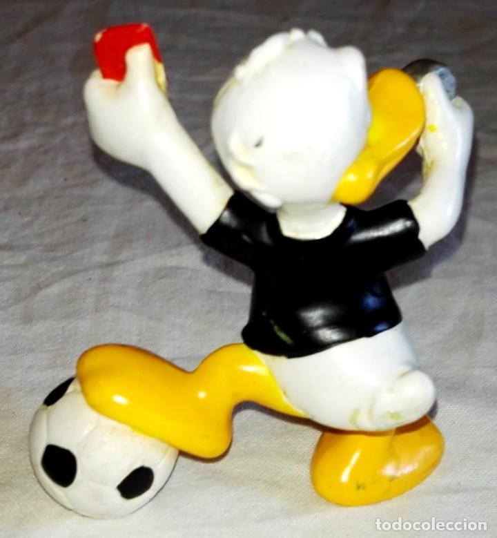 Figuras de Goma y PVC: Figura De Goma - Pato Donald Árbitro De Fútbol - Bullyland, Disney - Made In Germany - Foto 2 - 171541767