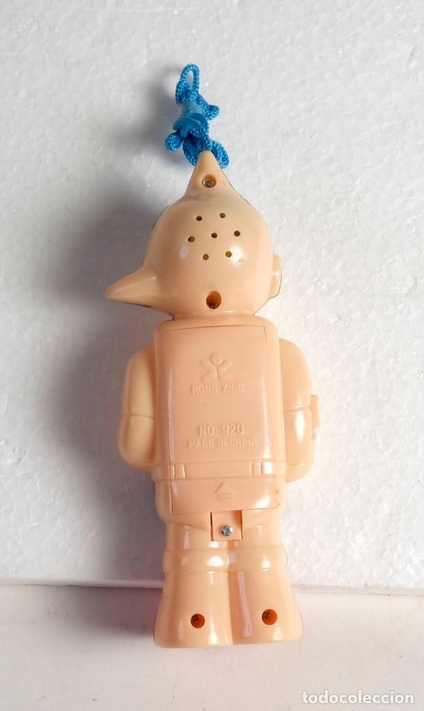 Figuras de Goma y PVC: RARO. Muñeco teléfono. Funciona con pilas, tiene luz y sonido. Rong Xing. China - Foto 2 - 171773379