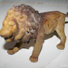 Figuras de Goma y PVC: ANTIGUA FIGURA MUÑECO MARCA AAA LEON TIPO SCHLEICH. Lote 274840968