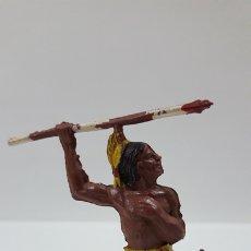 Figuras de Goma y PVC: GUERRERO INDIO RODILLA EN TIERRA CON LANZA . REALIZADO POR GAMA . AÑOS 50. Lote 172293835